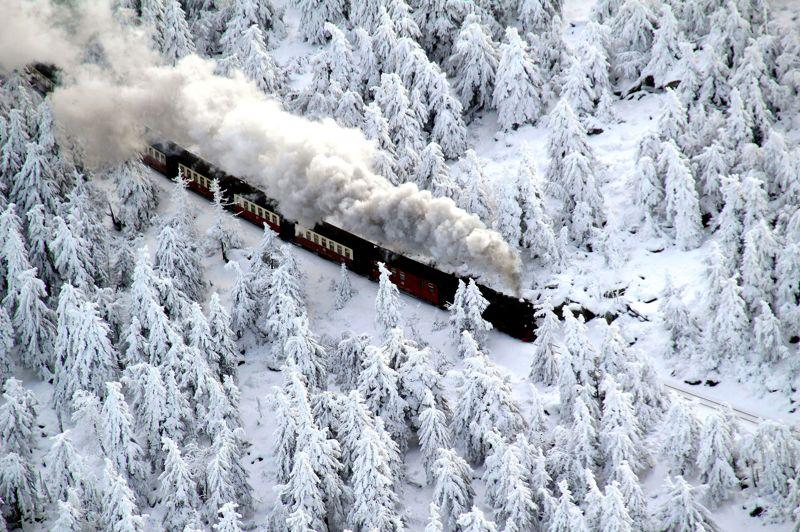 Le train des neiges. Dans le silence ouaté de l'hiver, ce train prend doucement son élan avant de gravir les pentes du Parc national du Harz, qui culmine à une altitude de 1125 m, jusqu'à la gare de Brocken, dans le nord de l'Allemagne. Ce chemin de fer, tout droit sorti d'un autre âge, qui relie Nordhausen à Wernigerode, continue à utiliser des locomotives traditionnelles à vapeur, comme au temps de sa création à la fin du XIXe siècle. Parcourant cette voie étroite de plus de 100 km de long, les motrices traversent un paysage montagneux d'une grande beauté. Chaque année, les touristes sont plus nombreux et attendent parfois de longues heures avant de pouvoir embarquer à bord de l'un de ces trains mythiques.