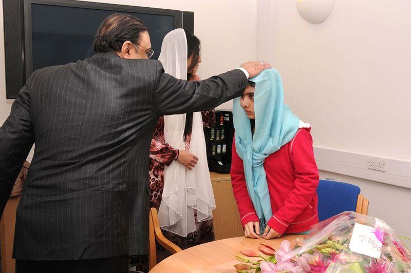 Jeune martyre. Toujours hospitalisée en Angleterre à l'hôpital Queen Elizabeth à Birmingham, Malala Yousafzai a reçu la visite de son président, Asif Zardari, accompagné de sa fille. Cette Pakistanaise avait été blessée à la tête par des talibans le 9 octobre dernier. Son crime? Avoir plaidé en faveur du droit des femmes à l'éducation. Un engagement précoce qui fait de l'adolescente de 15 ans une ambassadrice mondiale de la cause de l'accès des femmes à l'éducation.