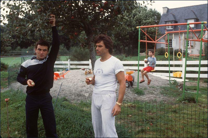 1984. Tapie, patron d'équipe cycliste. Au début des années 80, il se lie d'amitié avec le cycliste Bernard Hinault. Ils montent ensemble l'équipe La Vie Claire  avec laquelle Hinault remporte son cinquième Tour de France en 1985. Enhardi par son succès dans le cyclisme, Tapie passe au football, en reprenant en 1986 l'Olympique de Marseille. Il engage une multitude de jeunes joueurs qui deviendront des stars tel que Jean-Pierre Papin, Marcel Dessailly ou Sonny Anderson.