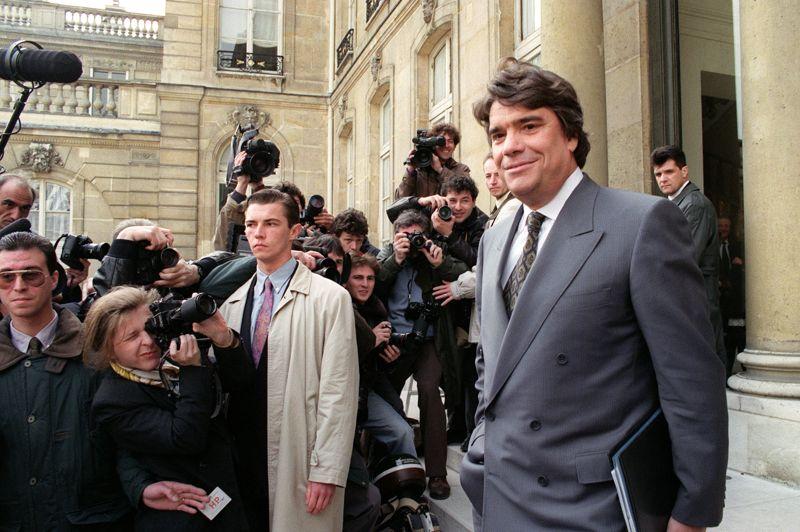 1987. Tapie, homme politique. En 1987, Tapie rencontre François Mitterrand, qui cherche à s'entourer de personnalités «non politiques» pour sa réelection, en 1988. Il remporte en 1989 la 6e circonscription de Marseille et devient député. En 1992, Mitterrand le nomme ministre de la Ville au sein du gouvernement de Pierre Bérégovoy (notre photo, à la sortie du Conseil des ministres). Il est élu aux élections européennes en 1994, mais doit abandonner son mandat à cause de problèmes judiciaires.