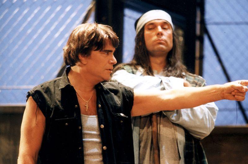 1996. Tapie, comédien et écrivain. En 1996, il se reconvertit avec un premier rôle au cinéma, dans un film de Claude Lelouch, Hommes, femmes, mode d'emploi. Il se remet à écrire - il avait écrit Gagner en 1986 - et publie en 1998 Librement dont il avait commencé l'écriture en prison. Il s'essaie ensuite au théâtre en jouant dans la pièce Vol au dessus d'un nid de coucou(notre photo), qui est un succès. De 2003 à 2008, il endosse le rôle du Commissaire Valence, série policière diffusée sur TF1.