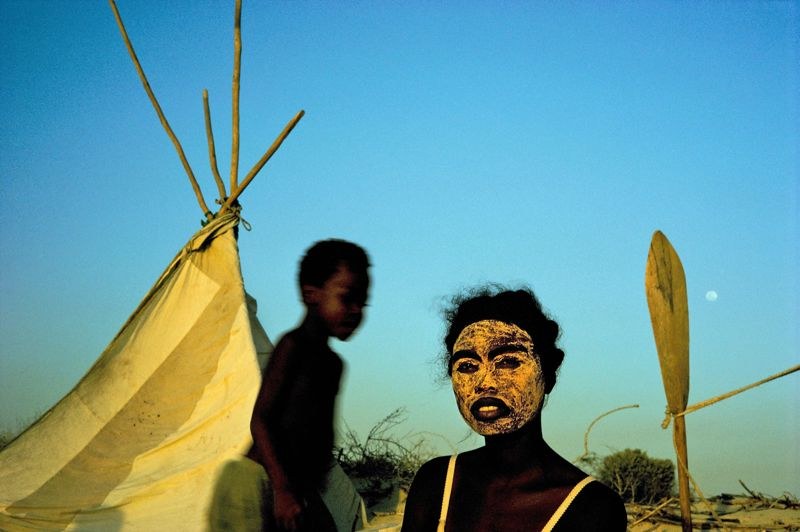 Madagascar, 1995. Campement de pêcheurs nomades Vezo. Un échange de regards, profond et intense.