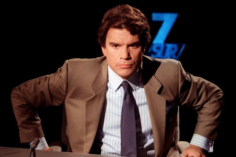 1980. Tapie, star des médias. Sa première télévision survient en 1980. Son charisme fait mouche. Il est à partir de ce moment invité à de nombreuses reprises sur les plateaux télé. Entre 1986 et 1987, il a même sa propre émission de télévision, Ambitions, où il aide des jeunes à monter leur entreprise. En 1999, il aura également son émission Allo Bernard sur RMC, puis A tort ou à raison sur TF1.