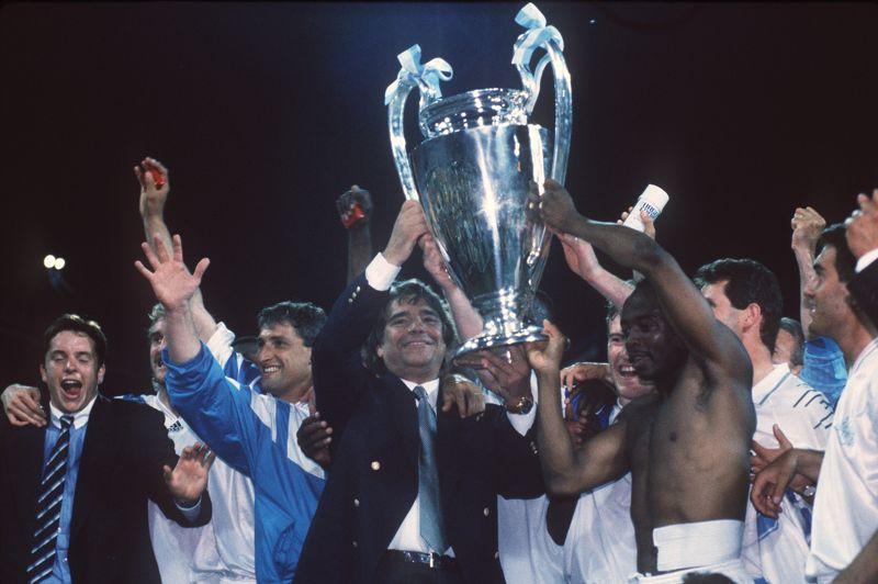 1993. Tapie, champion d'Europe de foot. Si l'OM a remporté quatre titres de champion de France consécutifs (de 1989 à 1992) et deux finales de Ligue des Champions, c'est en grande partie grâce à lui. En reprenant le club en 1986, il reconstruit un club qui n'a plus gagné de titre depuis 1976. Sept ans plus tard, l'OM remporte la finale de la Ligue des Champions, la seule jamais remportée par un club français.