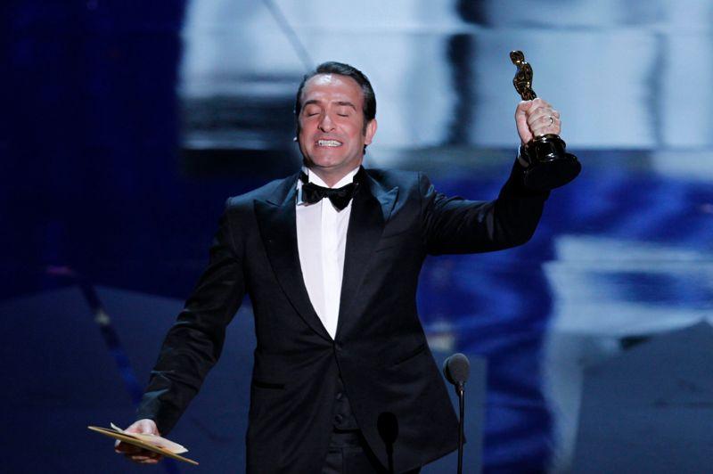 Bravo l'artiste! Hollywood, le 26 février 2012. Jean Dujardin, profondément ému, reçoit l'oscar du meilleur acteur pour The Artist. Premier acteur français à remporter la célèbre statuette, il entre ce jour-là dans la légende du cinéma. Une récompense particulièrement prestigieuse, qui vient s'ajouter à la centaine de distinctions récoltées, tous pays confondus, par ce film muet, tourné en noir et blanc!