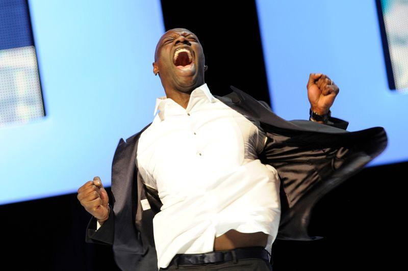 Césarisé. Paris, le 24 février 2012, Omar Sy, consacré meilleur acteur pour sa prestation dans Intouchables, laisse éclater sa joie sur la scène du théâtre du Châtelet lors de la 37e cérémonie des Césars. Un succès de plus pour la comédie d'Olivier Nakache et Eric Toledano qui a atteint des sommets au box-office, non seulement en France, mais aussi à l'étranger.