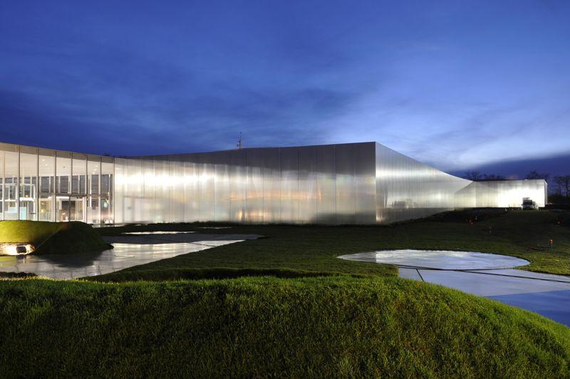 L'autre Louvre. Lens, le 4 décembre 2012. Après le Centre Pompidou à Metz, c'est au tour du Louvre d'inaugurer son antenne décentralisée, dans le Pas-de-Calais. Sur le carreau de la fosse 9 des mines de Lens s'étirent désormais les formes pures de ces quadrilatères mariant verre et métal poli. Conçu par Sanaa, l'agence du duo d'architectes japonais Kazuyo Sejima et Ryue Nishizawa, le Louvre-Lens offre désormais la possibilité d'admirer 205 œuvres majeures issues des collections du musée parisien.
