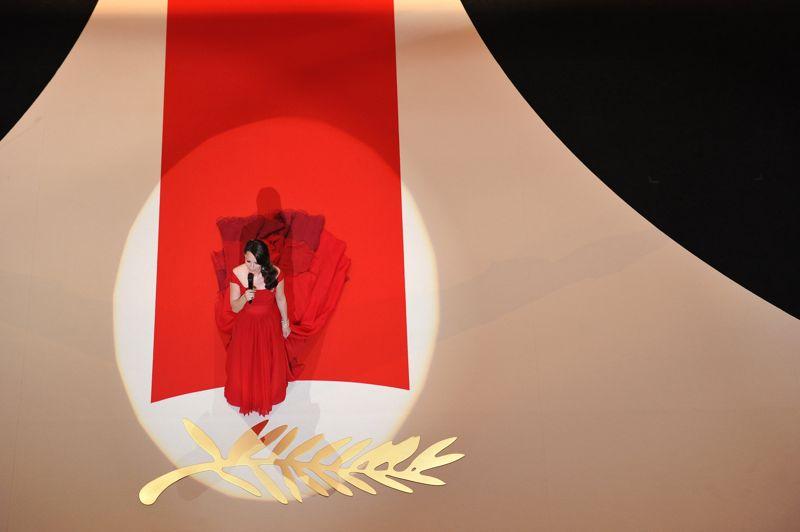Tapis rouge. Cannes, le 16 mai 2012. Bérénice Bejo, qui avait enchanté des millions de spectateurs en endossant avec grâce le rôle de Peppi Miller dans The Artist, se glisse ce soir-là dans celui de maîtresse de cérémonie. Rouge le tapis, rouge la robe: ton sur ton pour l'ouverture du 65e Festival de Cannes.