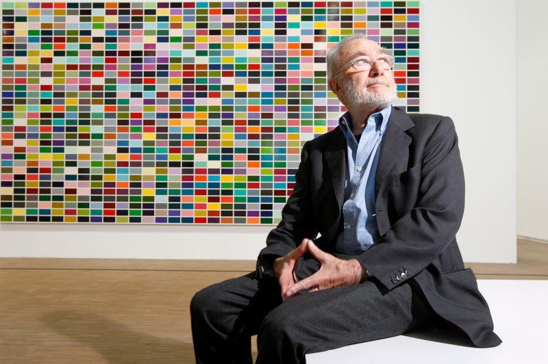 Rétrospective à succès. Paris, le 1er juin 2012. Gerhard Richter, l'un des peintres majeurs de l'après-guerre, pose pour Le Figaro au Centre Pompidou devant l'une de ses toiles, 1024 couleurs (350-3). L'exposition «Panorama», première rétrospective parisienne de ce grand artiste allemand, réunissant 150 de ses œuvres, a bénéficié d'une importante fréquentation.