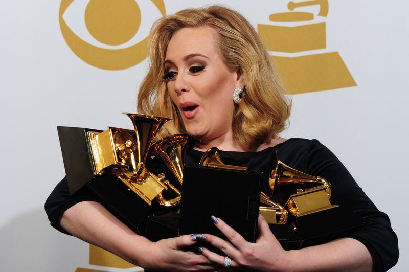 Six d'un coup Los Angeles, le 12 février 2012 La chanteuse Adele n'en revient pas: en cette soirée de remise des Grammy Awards, elle vient de remporter pas moins de six trophées!