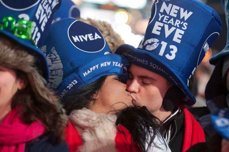 A New York, un million de personnes ont salué sur Times Square le début de la nouvelle année avec la traditionnelle descente d'une boule de cristal multicolore, pendant 60 secondes, jusqu'à minuit, le long d'un pylône.