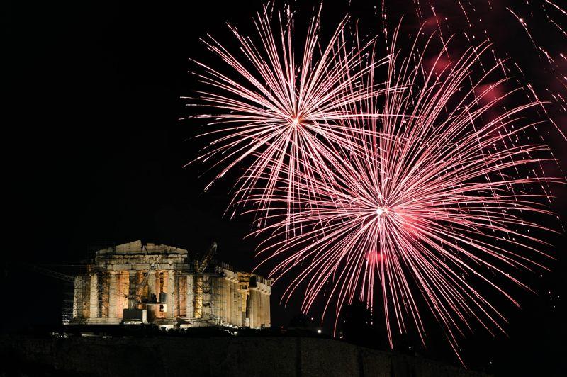 Les lumières du feu d'artifice de célébration du passage à la nouvelle année illuminent le temple du Parthénon sur l'Acropole à Athènes, où les Grecs se sont rassemblés malgré la récession.