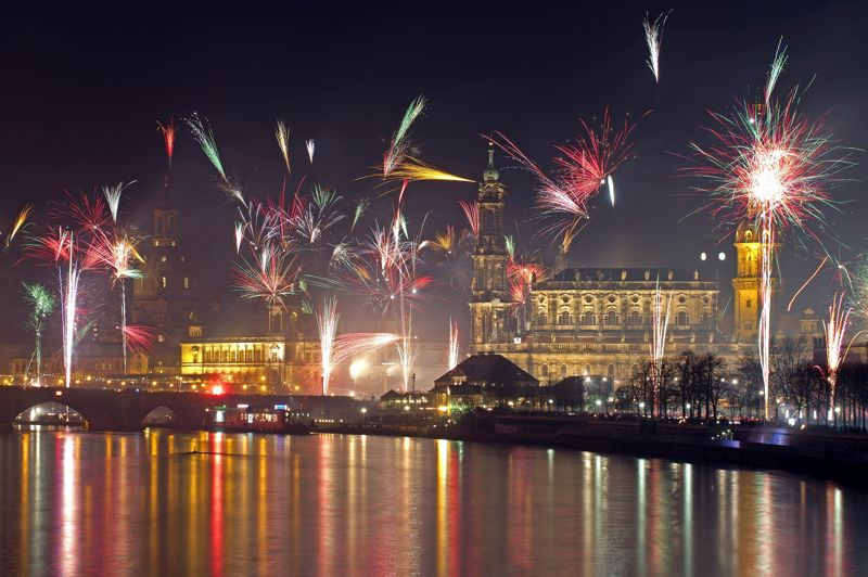 Un feu d'artifice a également eu lieu sur la rivière Elbe à Dresden, en Allemagne. Plus d'un million de personnes se sont également rassemblées à Berlin.