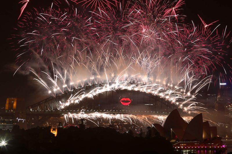 Après les îles du Pacifique sud et la Nouvelle-Zélande, les traditionnels et spectaculaires feux d'artifice dans la baie de Sydney, en Australie, ont ouvert lundi la ronde des festivités pour célébrer l'arrivée du Nouvel an de 2013. Devant des centaines de milliers de personnes, c'est la chanteuse pop Kylie Minogue qui a appuyé sur le détonateur lançant le fameux ballet pyrotechnique.
