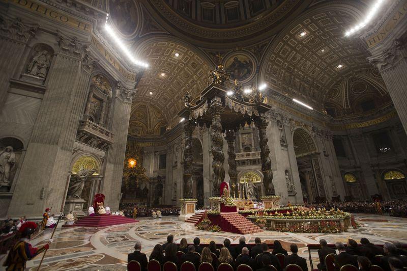 Le pape Benoît XVI a célébré lundi les vêpres de fin d'année dans la basilique Saint-Pierre, au Vatican, en invitant les fidèles à prendre le temps nécessaire pour réfléchir et trouver «la guérison aux blessures inévitables» dues à la vie quotidienne. Il a également déploré «la diffusion de styles de vie marqués par l'individualisme et le relativisme éthique», un des thèmes chers à l'Eglise catholique.