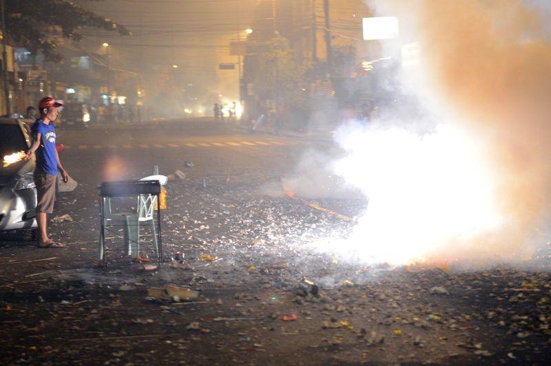 Les Philippins à Manille célèbrent le passage à la nouvelle année en tirant des feux d'artifice fait maison.