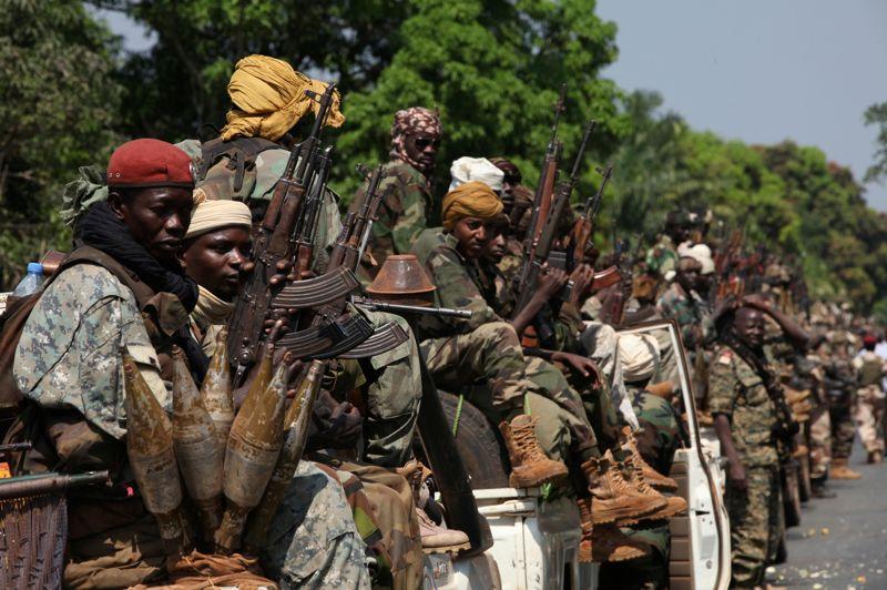 Déterminés. La perspective d'une offensive des rebelles centrafricains contre Bangui semble s'éloigner en raison du renforcement de la présence militaire des pays d'Afrique centrale sur leur route. Les effectifs de la Force multinationale d'Afrique centrale déployés à Damara, dont le gros des troupes est tchadien, devraient atteindre 760 hommes à la fin de la semaine. Face à cette détermination, la coalition rebelle du Séléka a décidé mercredi de stopper sa progression et d'accepter des pourparlers de paix avec le gouvernement centrafricain. Ces négociations pourraient débuter le 8 janvier à Libreville, la capitale du Gabon.