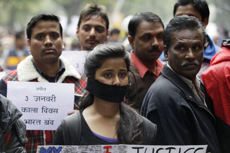 Ruban noir. C'est une marche en signe d'adieu. La cérémonie de crémation de l'étudiante en kinésithérapie victime d'un viol collectif mi-décembre en Inde s'est tenue dimanche à New Delhi. La dépouille meurtrie de la jeune femme de 23 ans a été brûlée sur un bûcher funéraire, conformément à la tradition hindoue, en présence de sa famille et de responsables politiques. Elle avait été agressée et violée le 16 décembre pendant près d'une heure à l'intérieur d'un minibus, et ses agresseurs l'avaient ensuite jetée du véhicule en marche.
