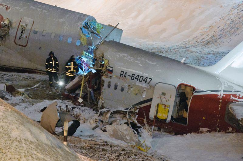 Vol mortel. Au lendemain du crash d'un avion russe lors d'un atterrissage d'urgence, à Moscou, les enquêteurs semblent confirmer l'hypothèse d'un défaut de freinage. Le Tupolev de la compagnie Red Wings qui rentrait au pays après un vol en direction de la République Tchèque, ne transportait que huit passagers, tous membres d'équipage. Ce dimanche, une hôtesse de l'air a succombé à ses blessures, portant à cinq le nombre de victimes de l'accident.