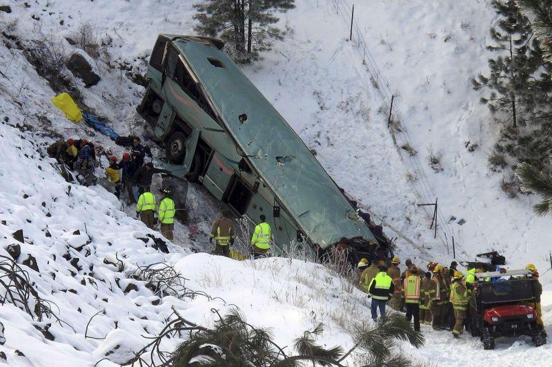 La chute. Au moins neuf personnes ont été tuées et 18 autres blessées dimanche près de la ville de Pendleton au nord-est de l'Oregon dans l'accident d'un car affrété au Canada. Après avoir défoncé un rail de sécurité, il a terminé sa course dans un ravin. Une quarantaine de passagers se trouvaient à bord du car. Le véhicule, qui venait de Las Vegas, devait regagné Vancouver.