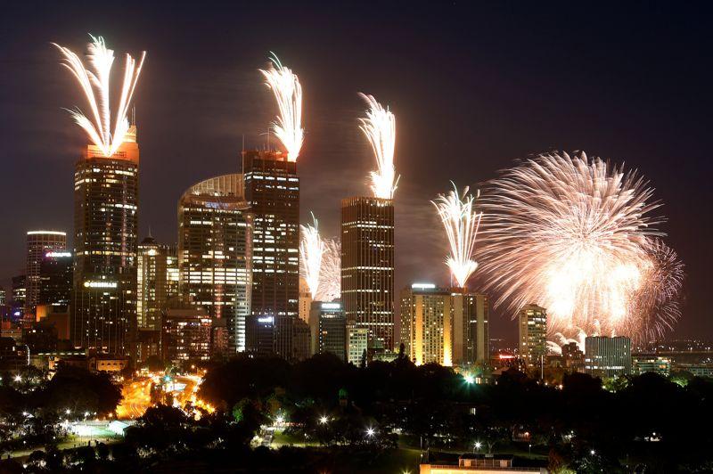 Bonne année! Les îles du Pacifique du Sud, suivies de la Nouvelle-Zélande puis de l'Australie avec le traditionnel feu d'artifice dans la baie de Sydney, sont les premiers pays de la planète à célébrer la nouvelle année 2013. Pas de feu d'artifice à Paris en revanche où des dizaines de milliers de personnes, dont de nombreux touristes, sont attendues comme chaque année sur les Champs-Elysées et au pied de la Tour Eiffel pour célébrer le passage à 2013.