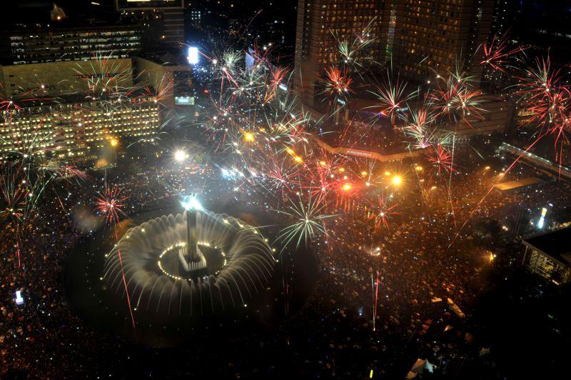 Des feux d'artifice ont explosé sur la principale artère de Jakarta, la capitale indonésienne, pour fêter la nouvelle année.