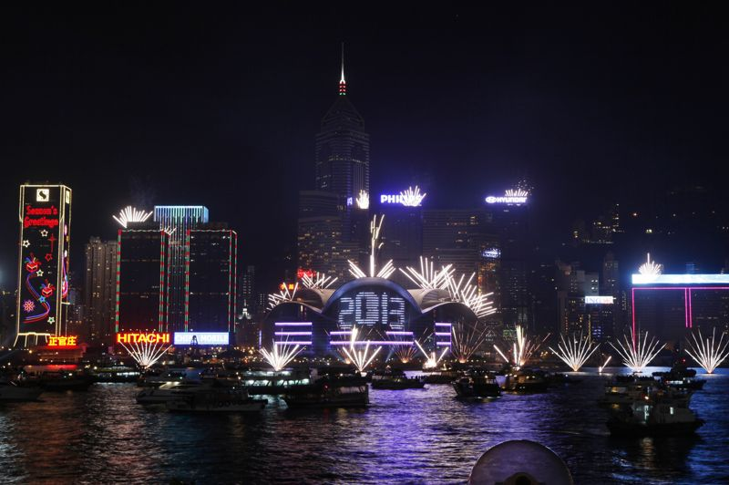 À Hong Kong, des feux d'artifice ont explosé au+dessus du détroit de Victoria Harbor pour célébrer le passage à 2013.