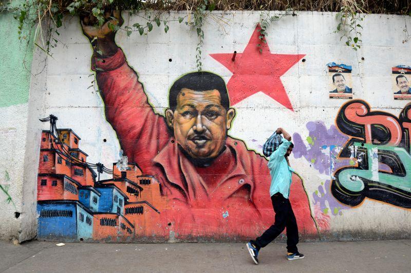 L'incertitude. Le Venezuela retient son souffle. A dix jours de sa prestation de serment, le président Hugo Chavez connaît de nouvelles complications respiratoires après une quatrième opération a subie à Cuba, en raison d'une récidive de son cancer. Dimanche, les célébrations du nouvel an ont été interrompues par le vice-président, Nicolas Maduro et le traditionnel concert du Nouvel An place Bolivar a même été annulé. Si le leader socialiste de 58 ans devait quitter le pouvoir, une nouvelle élection présidentielle devrait se tenir dans les trente jours.