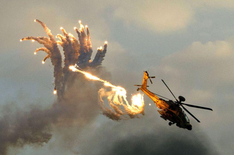À Leurre dite. Au sol, le regard tourné vers le ciel, les nouveaux pilotes de l'armée de l'air israélienne en ont pris plein les yeux. Effectivement, tout a été fait pour les éblouir et retenir leur attention. Rassemblés sur la base militaire de Hatzerim, dans le désert du Negev, à l'occasion de la fête organisée pour la remise de leur brevet de pilote, ils ont pu admirer un spectacle de voltige aérienne de toute beauté. Clou de la fête, le tir grandeur nature de leurres magnétiques depuis un hélicoptère de combat Boeing AH-64 Apache Longbow. Lancés en volutes colorées ou en rafales scintillantes, ces feux d'artifice sont utilisés pour détourner les missiles et les roquettes de leurs cibles. Un système qui a fait ses preuves et qui est employé par toutes les armées du monde.
