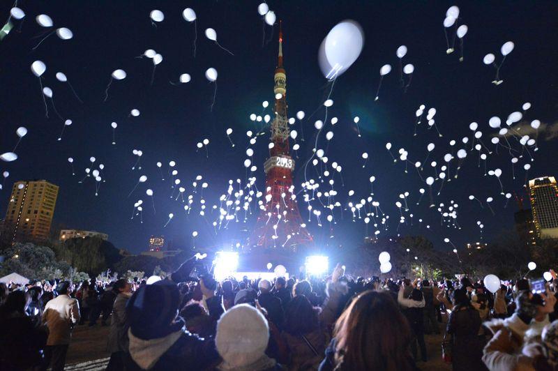 Des milliers de Japonais ont lâché des ballons dans les airs au pied de la Tour de Tokyo illuminée pour célébrer la nouvelle année.