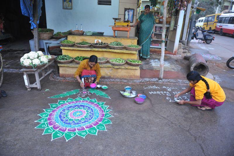 Une indienne colorie son «rangoli» devant sa maison, conformément à une tradition hindoue pour célébrer la nouvelle année.