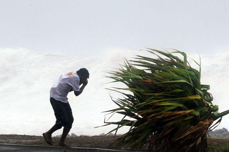 Dans plusieurs régions de de l'île, des Réunionnais, parfois en groupe ou en famille, ont bravé l'interdiction de sortir émise par le préfet pour assister au déferlement des houles géantes sur le littoral.