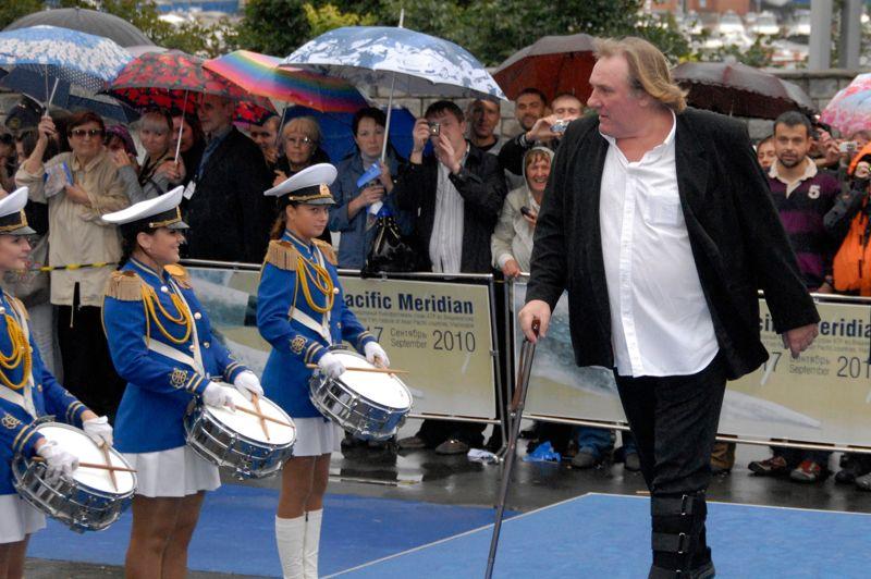L'acteur reçoit un aussi accueil de star lors de son arrivée au Festival du film international de Vladivostok, en septembre 2010.