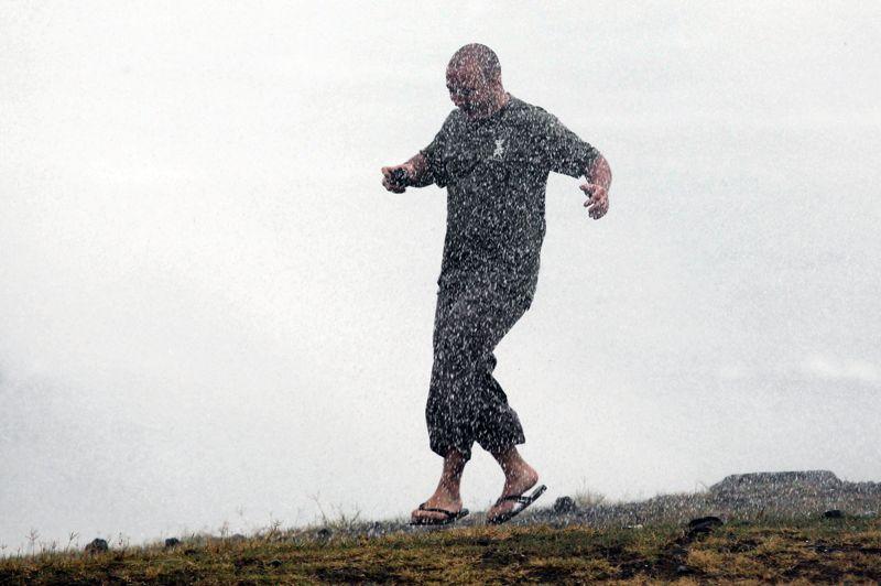 La pluie arrose abondamment La Réunion. 300 mm d'eau (300 litres/m2) ont été enregistrés sur le massif du volcan. Plusieurs routes sont inondées dans toutes les régions.
