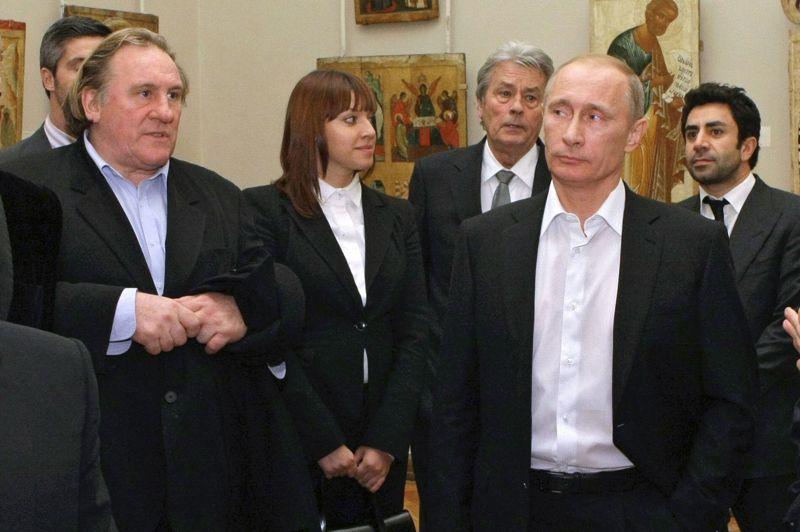 Proche de Vladimir Poutine, Gérard Depardieu l'a accompagné avec Alain Delon - lui aussi adoré par les Russes - pour une visite du musée russe de Saint-Pétersbourg, en décembre 2010.