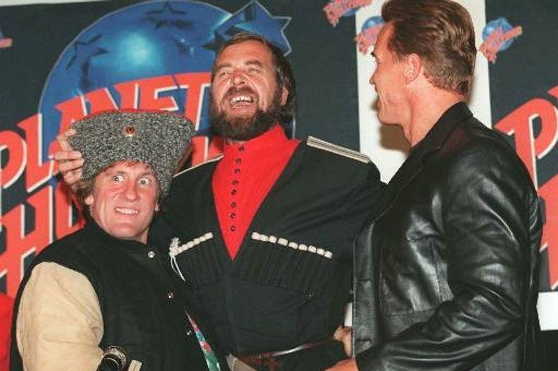 En 1996, Gérard Depardieu enfilait le chapeau d'un cosaque pour célébrer l'inauguration du restaurant Planet Hollywood de Moscou, sous le regard amusé d'Arnold Schwarzenegger.