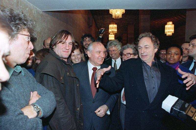 En 1993, c'est avec Pierre Richard que Gérard Depardieu rend visite à l'ancien président soviétique Mikhaïl Gorbatchev au siège de sa fondation, le Gorby Fund.