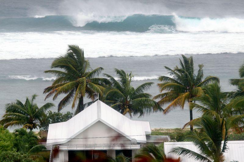 Les vagues déferlent à Saint-Gilles, dans l'ouest de l'île. Sur le littoral nord, la houle cyclonique atteint 6 mètres en moyenne et 10 mètres pour les vagues les plus hautes. Le niveau rouge du plan ORSEC Cyclone pourrait rester en vigueur vingt-quatre heures, selon le préfet.