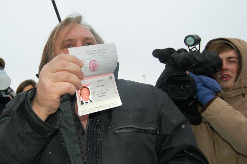 Dimanche, Gérard Depardieu s'est rendu dans la région de Mordovie, où l'acteur a reçu un accueil triomphal. À sa descente d'avion, il a aussitôt exhibé son passeport russe devant des caméramen et photographes qui l'attendaient sous la neige.