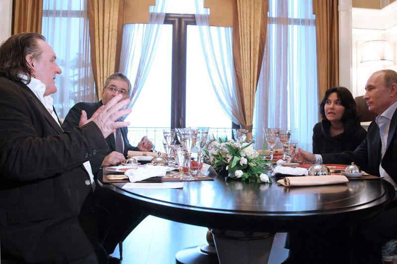 L'acteur a retrouvé Vladimir Poutine dans sa résidence de Sotchi, sur les bords de la Mer Noire, lors d'une «brève rencontre» dont les images ont été diffusées par la télévision russe. Dans une lettre adressée aux médias du pays, Gérard Depardieu avait déclaré son amour pour «Poutine, la Russie et sa démocratie».