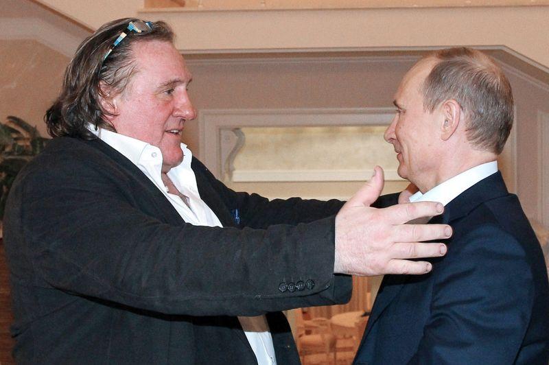 Gérard Depardieu a demandé au président, en le tutoyant, s'il avait vu son nouveau film, une co-production franco-russe, où il interprète Raspoutine. «Est-ce que tu as vu mon film? Je te l'ai envoyé», entend-on l'acteur français demander à Poutine. «Gérard, es-tu satisfait de ton travail?», questionne le président russe. «Je suis vraiment très satisfait de tout», répond Depardieu.