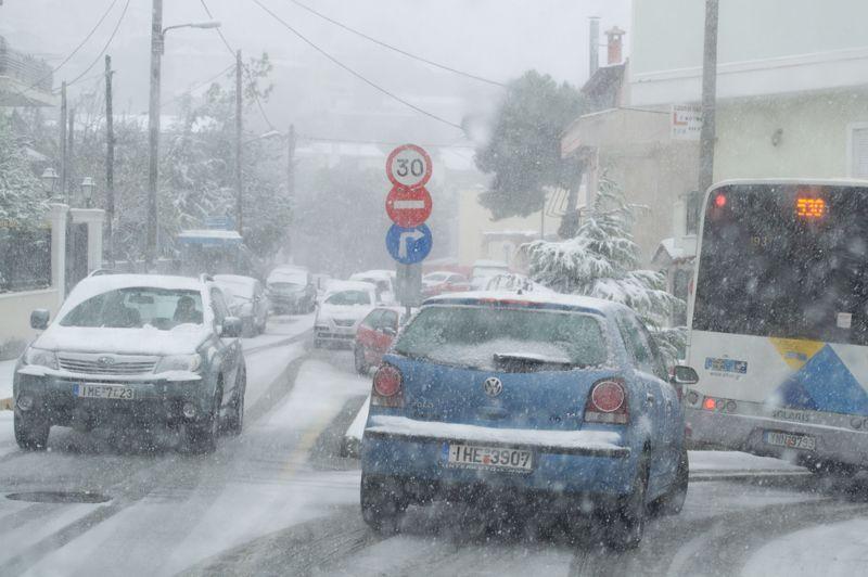 Habitué des hivers doux, Athènes a au contraire été surprise par la neige mardi. La température au sol, légèrement supérieure à zéro, n'a toutefois pas permis à la neige de tenir bien longtemps. Ce fut néanmoins suffisant pour provoquer de nombreux problèmes de circulation dans une ville peu préparée à cet aléa météorologique.