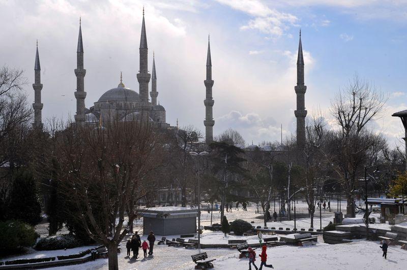 La ville turque d'Istanbul et ses quinze millions d'habitants (ici dans le quartier de Sultanahmet) se sont retrouvés paralysés mardi par de fortes chutes de neige. Les transports aériens et routiers ont été fortement affectés par cette dépression hivernale qui a touché l'ensemble des Balkans.