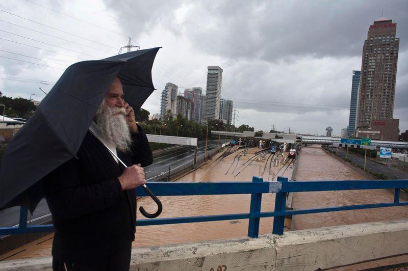Au même moment, le Proche-Orient (ci-dessus Tel Aviv, mardi) a été frappé par de très violentes précipitations et pourrait connaître des épisodes de neige avant la fin de la semaine. En Israël, trois personnes sont mortes mardi quand leur voiture a été renversée par le vent sur l'autoroute reliant Tel-Aviv à Jérusalem. Des hélicoptères de l'armée israélienne sont aussi intervenus pour secourir une vingtaine de personnes en état d'hypothermie bloquées sur le toit de maisons inondées.