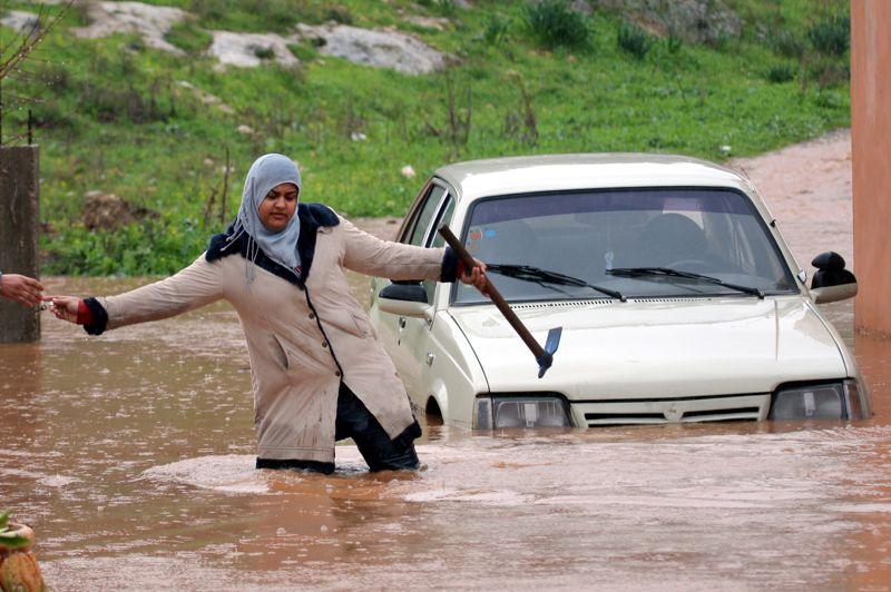 En Palestine (Jénine ci-dessus), un homme a été tué et deux autres ont été blessés quand les eaux ont emporté leur voiture à Attil, au nord de Tulkarem dans le nord de la Cisjordanie. Les vacances de fin d'année ont été prolongées jusqu'à samedi dans le territoire palestinien. Plus à l'est, en Jordanie, dans le camp de Zaatari qui héberge 62.000 réfugiés, le mauvais temps a détruit des centaines de tentes et attisé les tensions, qui ont dégénéré en une bousculade lors d'une distribution d'aide, au cours de laquelle des membres d'organisations humanitaires ont été blessés. Dans le reste de la Jordanie, la route principale entre Amman et Zarqa (nord) a dû être coupée, le niveau de l'eau atteignant jusqu'à un mètre par endroits.