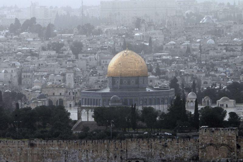 La place des mosquées à Jérusalem a été complètement inondée pendant les intempéries. Les températures sont suffisamment froides dans la ville pour imaginer que la neige puisse y tenir, ont assuré les services météorologiques israéliens.