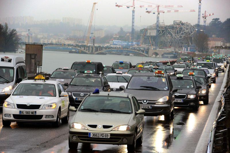 Opération escargot à Lyon où environ 300 taxis bloquent une autoroute.