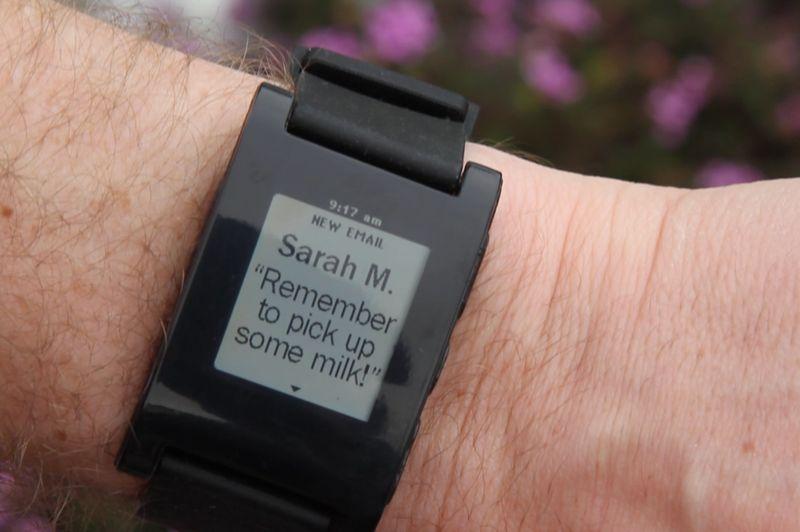 Autre domaine très tendance dans les objets connectés: les montres. Une petite start-up, Pebble, a présenté sa montre «smartwatch», dont le développement a été en partie financé l'an dernier par 85.000 pré-commandes d'internautes. L'objet sera commercialisé à partir du 23 janvier aux États-Unis. Il utilise de l'encre électronique, très économe en énergie, pour afficher sur son petit écran des notifications en cas de réception de SMS, d'emails et d'appels. Cette montre se synchronise par Bluetooth avec les iPhone (à partir du 3GS) et smartphones Android. Elle embarque aussi de petits jeux.