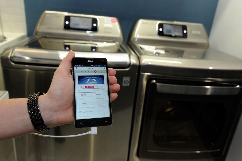 En pointe dans l'électronique connecté, LG présente un lave-linge doté de la technologie «Smart ThinQ», dont on contrôle les fonctions depuis son smartphone. La machine à laver du futur sait diagnostiquer ses problèmes et télécharger de nouveaux cycles de lavage. Les fours et réfrigérateurs connectés de la marque coréenne peuvent quant à eux dialoguer, pour se transmettre des recettes et des temps de cuisson. Tandis que l'on aura évidemment scanné toutes ses denrées avec son smartphone, pour être prévenu lorsque la date de péremption approchera.