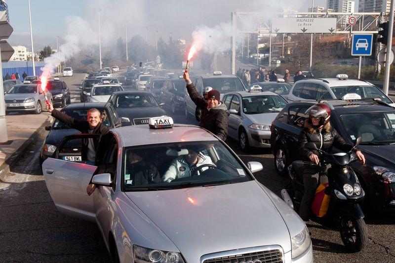 Des fumigènes brûlent sur les routes marseillaises où des centaines de taxis bloquent la circulation.